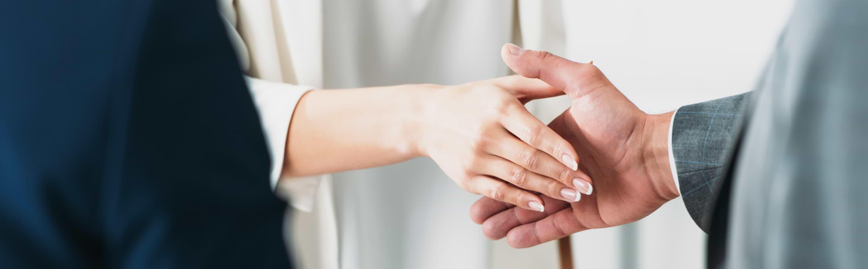 Kvinna som skakar mans hand för att förlänga smslån