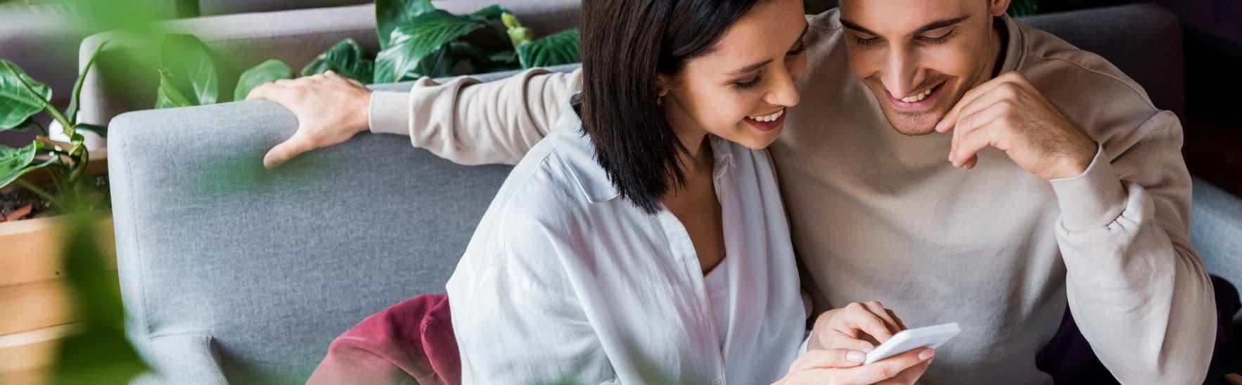 Kvinna och man läser på om räntefria smslån